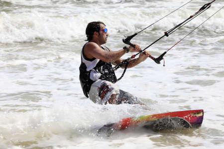 Kiteboarder viel Spaß beim Surfen im Ozean. Vietnam Standard-Bild - 12432812