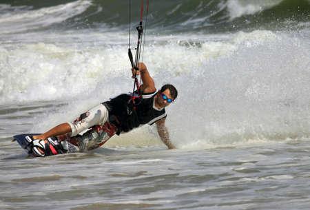 Kiteboarder viel Spaß beim Surfen im Ozean. Vietnam Standard-Bild - 12434682