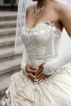 traje de gala: Detalle de un vestido de novia de seda Foto de archivo