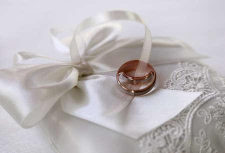 fidelidad: Los anillos de boda en una tela satinada