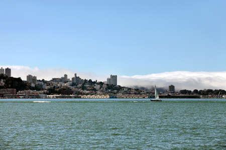 ile au tresor: Voilier en baie de San Francisco. Type de Treasure Island Banque d'images