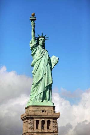 liberty island: Statua della Libert� su Liberty Island a New York City. - Isolato su sfondo blu cielo Editoriali
