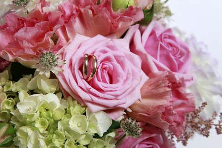 fidelidad: Anillos de bodas en ramo de la boda