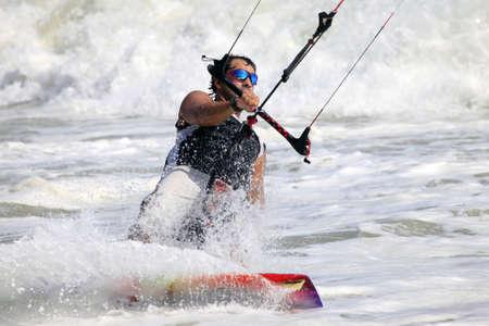 Kiteboarder genieten van surfen in water. Vietnam