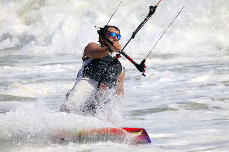 kitesurfen: Kiteboarder genieten van surfen in water. Vietnam
