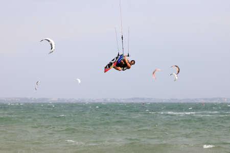 Kiteboarder profiter du surf dans l'eau. Viêt-Nam