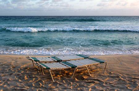invitando: Sillas de madera invitar en una playa de Bali