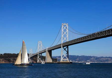 pez vela: Puente de la Bah�a y el pez vela en San Francisco