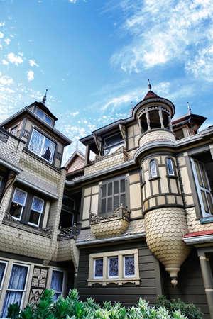 winchester: The Winchester Mystery House - il numero civico 525 su Winchester Boulevard a San Jose, California, Stati Uniti d'America, � ora un'attrazione turistica stravagante. Editoriali