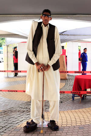 kota kinabalu: Kota Kinabalu, Borneo, Malaysia - December 31, 2014: Ajaz (Ijaz) Ahmed (1976) Pakistani farmer. Claims to be the tallest man in the world with an increase of 2.54 m. in Kota Kinabalu, Borneo. Malaysia
