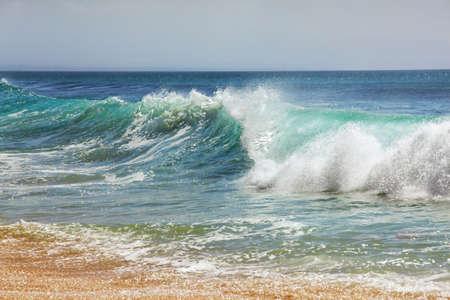 granola: Gran ola se estrella en la costa. Océano Indico