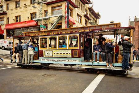 San Francisco, CA, USA - 15 september 2011: Passagiers rijden in een kabelbaan in San Francisco. Het is de meest populaire manier rond de stad San Francisco die in dienst sinds 1873 te krijgen.