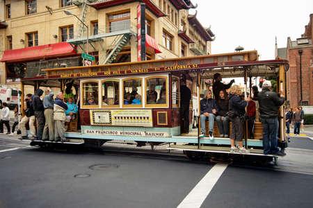 San Fransisco, CA, USA - 15 Septembre, 2011: Les passagers montent dans une voiture de câble à San Francisco. Ce est le moyen le plus populaire pour se déplacer dans la ville de San Fransisco qui est en service depuis 1873.