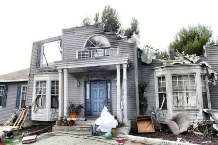 Huis beschadigd door een ramp. Landschap voor film