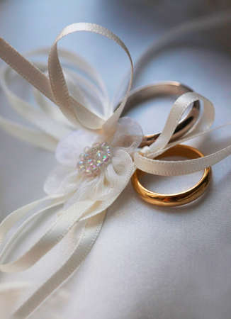 verlobt: Trauringe auf einem weißen seidigen Stoff Lizenzfreie Bilder