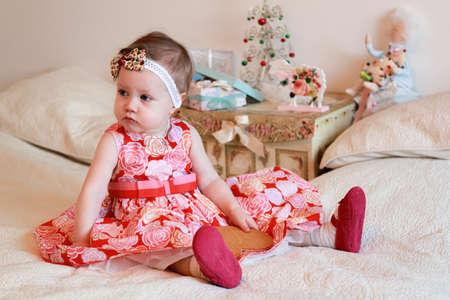 niñas pequeñas: Retrato de la niña con los regalos Foto de archivo