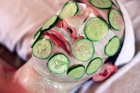 rostro hombre: M�scara de pepinos en la cara fresca de hombre