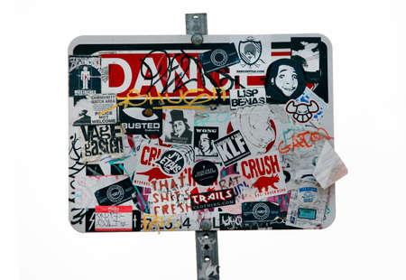 tatter: Los �ngeles, CA, EE.UU. - 17 de septiembre de 2011: tabla de los anuncios aislados en un fondo blanco en Hollywood Hills, Los �ngeles Editorial