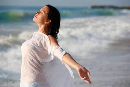 mojada: La chica en un vestido húmedo en el mar. Arena de oro. Bulgaria Foto de archivo