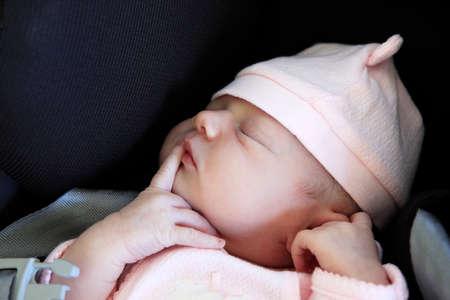 Schlafendes neugeborenes Schätzchen. Die ersten Lebenstage des neugeborenen Mädchens Standard-Bild - 44152939