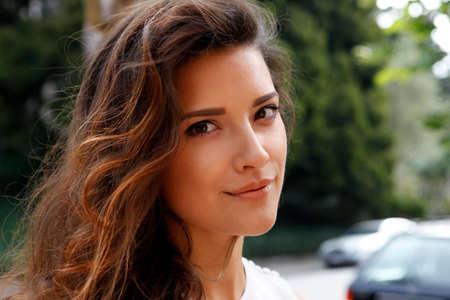 Portrét krásná brunetka venku