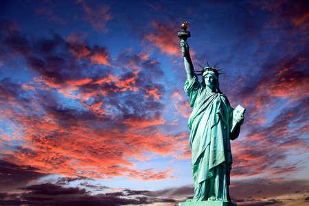 Vrijheidsbeeld op Liberty Island in New York. Geïsoleerd op zonsondergang