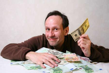 bolsa dinero: El hombre adulto con un montón de dinero