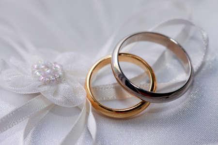 fidelidad: Anillos de boda en un tejido satinado