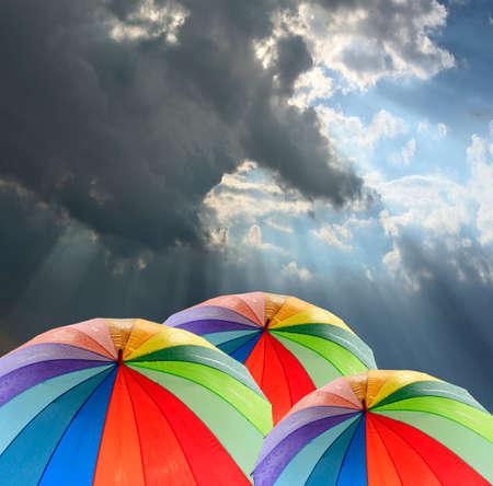 lluvia: Rainbow paraguas contra el cielo azul