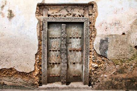 Oude houten deur in Stone Town de hoofdstad van Zanzibar eiland Oost-Afrika.