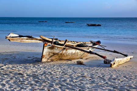barca da pesca: Traditional fishing boat on the ocean at sunset. Zanzibar