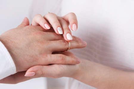 anillos boda: El novio mantener la novia de manos