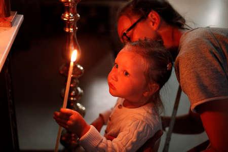 familia en la iglesia: Madre e hija poco en Iglesia