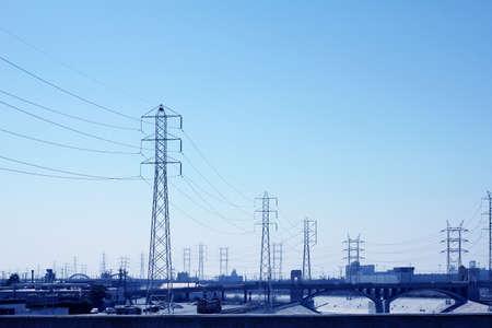 Eine lange Reihe von elektrischen Übertragung Türme mit Hochspannung Linien. Standard-Bild