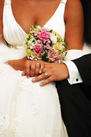 anillos boda: La mano del novio y la novia con anillos de boda