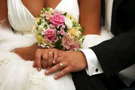 Hand of the groom and the bride with wedding rings Imagens