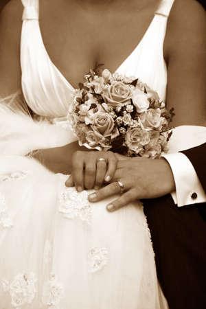 anillo de boda: La mano del novio y la novia con anillos de boda