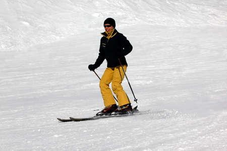 siervo: Esquiador montar nieve en polvo fresco. Europa. Rusia. C�ucaso.