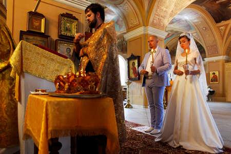 obedecer: Antes de la ceremonia de boda - en el interior de la iglesia