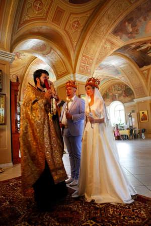 obey: Antes de la ceremonia de boda - en el interior de la iglesia