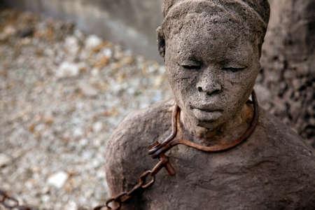 스톤 타운에있는 동상. 잔지바르, 아프리카 노예 무역을 도배하고 슬퍼하다.