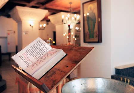 vangelo aperto: Il concetto con la Bibbia e una croce