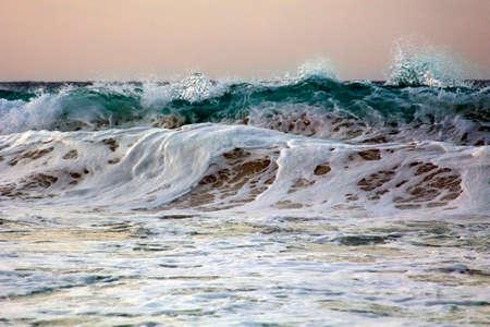 Golf stort neer op de kust. Caribische zee Stockfoto