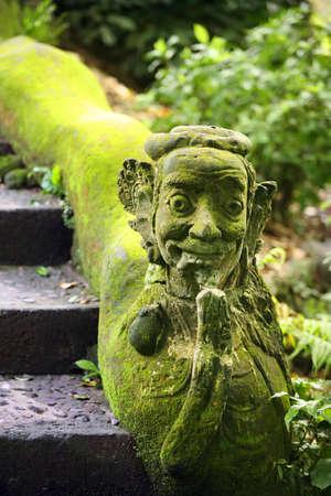 Balinese stone statue before a temple 版權商用圖片