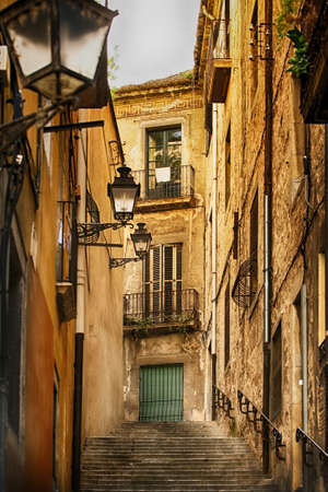 Narrow medieval street in Barcelona, Spain Standard-Bild