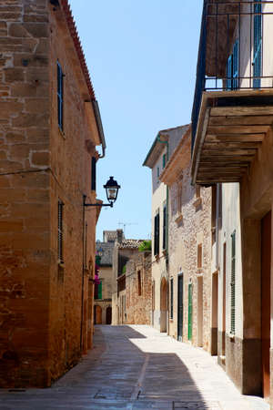 The narrow street in the old town of Alcudia, Mallorca Standard-Bild