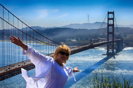 Girl tourist on the background of the Golden Gate Bridge in San Francisco. Standard-Bild