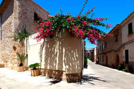 The narrow street in the old town of Alcudia, Mallorca Editorial