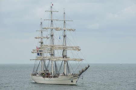 DEN HELDER, NEDERLAND - 25 juni 2017: Zeil Den Helder - Marinedagen 2017 - zicht op boten die deelnemen aan het evenement - moderne verdedigingsschepen ontmoeten historische lange schepen in den helder, nederland