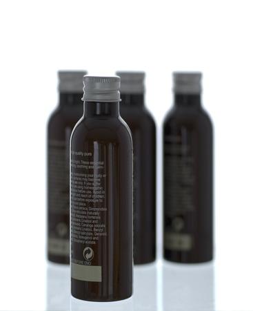 productos de belleza: Botellas de productos de belleza - aislados en fondo blanco Foto de archivo